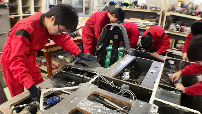 Image of Kawasaki Ironworks' staff assisting students in the creation process